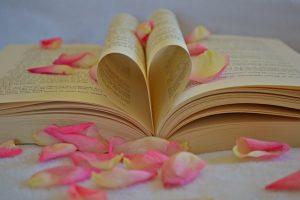 Autorenforen für Buchliebhaber (Bild:Herz aus Buchseiten; pixabay CC0)