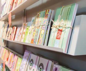 Buchveranstaltungen: Bücherregal auf Buchmesse (pixabay CC0)